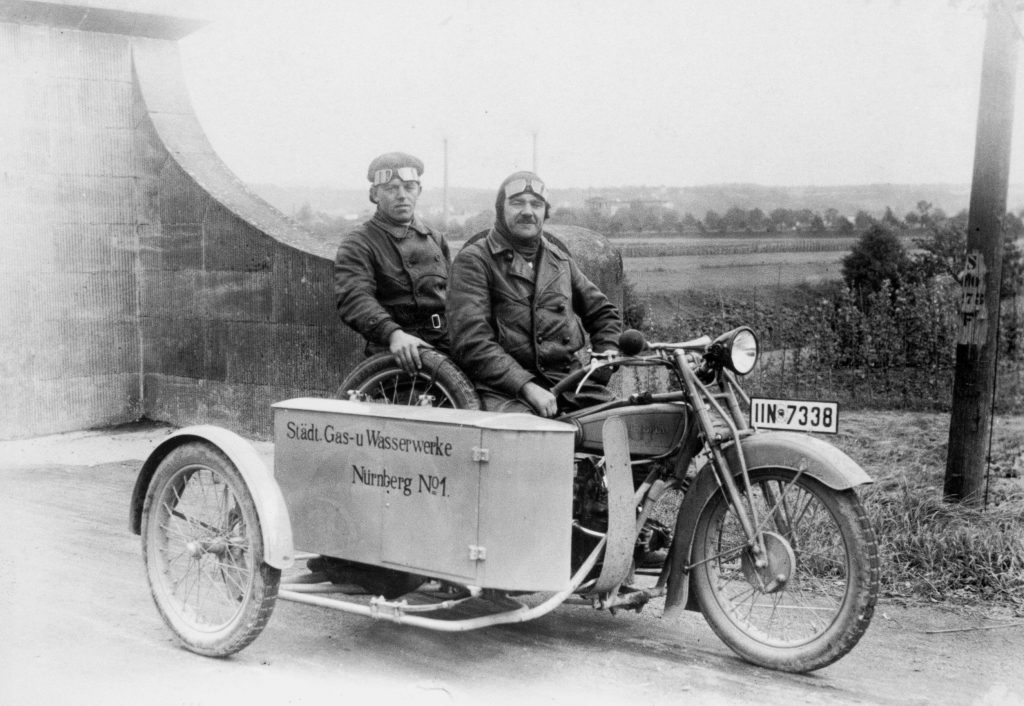 Historisches Bild: Zwei Männer mit Motorradgespann - Foto: Archiv
